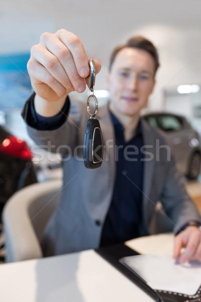 セールスマン 車のキー 座って ショールーム デスク ストックフォト © wavebreak_media