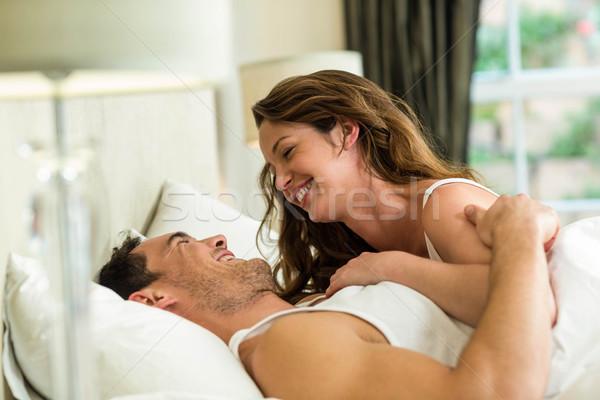 Knuffelen bed romantische paar slaapkamer Stockfoto © wavebreak_media
