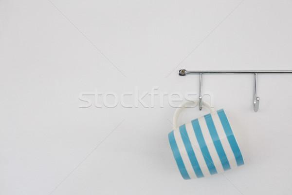 Rayé mug suspendu crochet blanche mur Photo stock © wavebreak_media