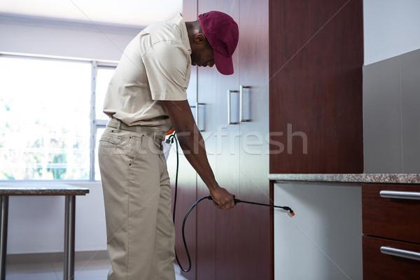 Homme maison cuisine Ouvrir la sécurité Photo stock © wavebreak_media