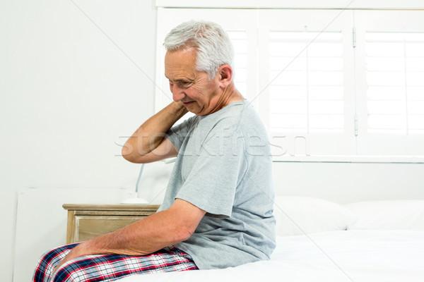 Altos hombre sufrimiento cuello dolor cama Foto stock © wavebreak_media