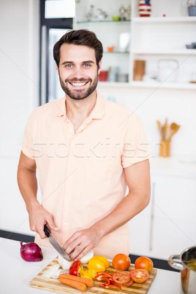 Férfi tapsolás zöldségek portré konyha otthon Stock fotó © wavebreak_media