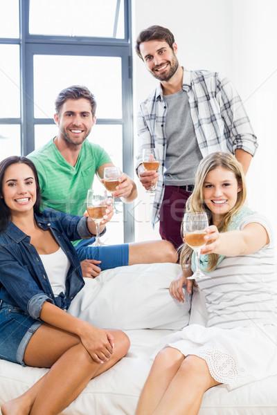 Glimlachend vrienden vergadering sofa drinken alcohol Stockfoto © wavebreak_media