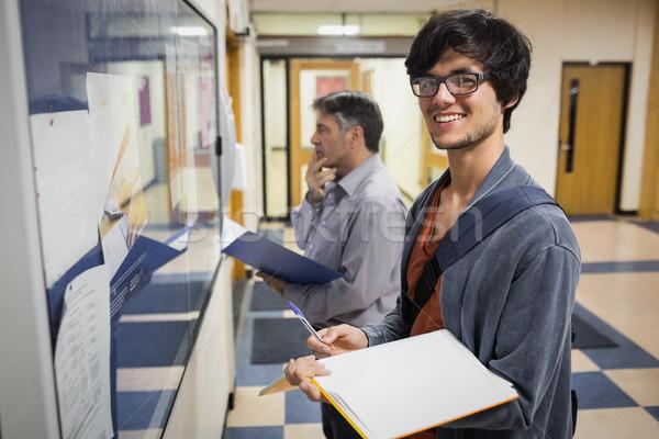 Portret uśmiechnięty student stałego książki Zdjęcia stock © wavebreak_media