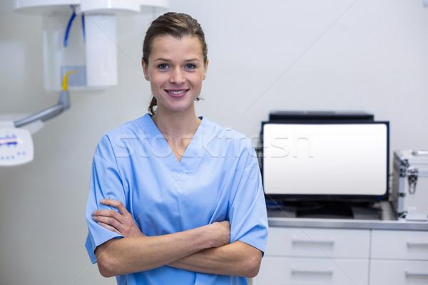 Retrato dentales ayudante pie los brazos cruzados clínica Foto stock © wavebreak_media