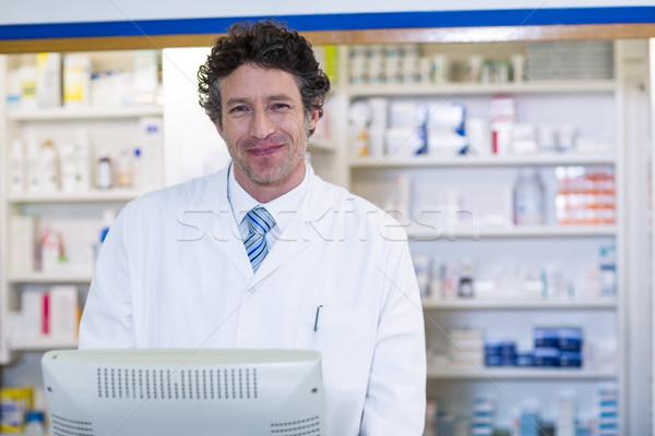 Sorridente farmacêutico em pé contrariar farmácia retrato Foto stock © wavebreak_media