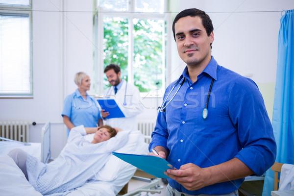 Glimlachend arts medische verslag portret Stockfoto © wavebreak_media
