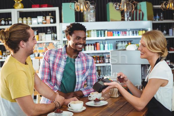 Kellnerin Kreditkarte Maschine Kunden Kaffeehaus Mann Stock foto © wavebreak_media