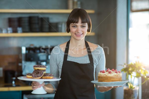 Portret serveerster cake glimlachend business Stockfoto © wavebreak_media