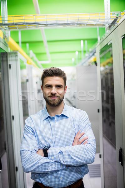 技術員 常設 雙臂交叉 服務器 房間 肖像 商業照片 © wavebreak_media