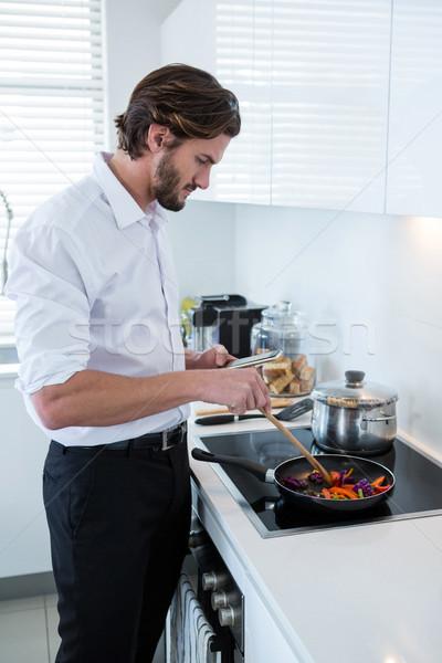 Man mobiele telefoon keuken praten mobiele Stockfoto © wavebreak_media