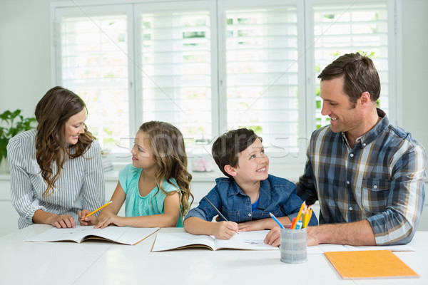 Rodzeństwo pomoc praca domowa rodziców salon domu Zdjęcia stock © wavebreak_media
