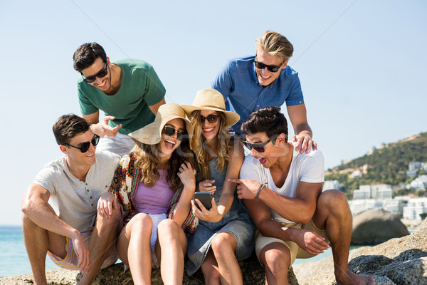 Arkadaşlar bakıyor cep telefonu kadın plaj Stok fotoğraf © wavebreak_media