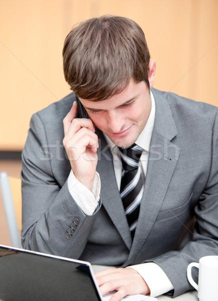 Concentré affaires utilisant un ordinateur portable parler téléphone travaux Photo stock © wavebreak_media