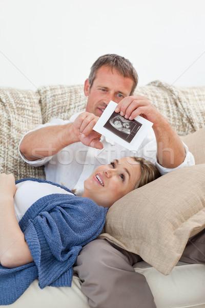 Coppia guardando Xray divano home donna Foto d'archivio © wavebreak_media