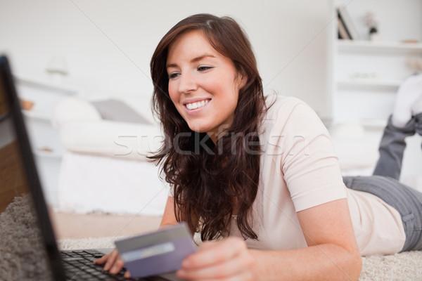 Jovem encantador feminino pagamento cartão de crédito Foto stock © wavebreak_media
