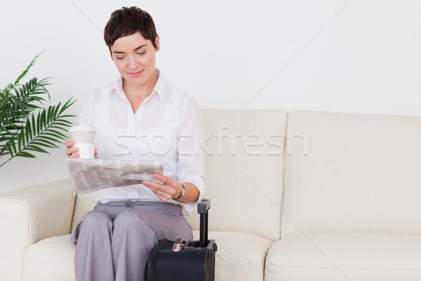 Donna valigia giornale Cup sala di attesa Foto d'archivio © wavebreak_media