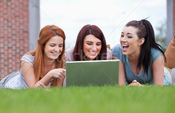 幸せ 女性 ノートブック 芝生 コンピュータ 笑顔 ストックフォト © wavebreak_media