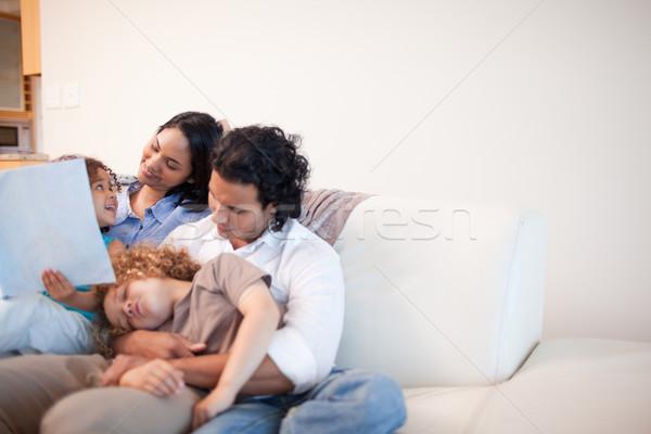 Fiatal család nappali néz fényképalbum együtt Stock fotó © wavebreak_media