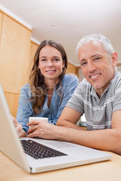 Portre çift dizüstü bilgisayar kullanıyorsanız çay mutfak ev Stok fotoğraf © wavebreak_media