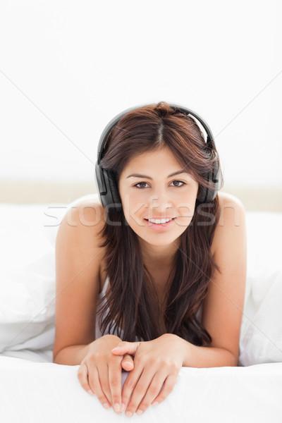女性 ベッド キルト 音楽を聴く 手 一緒に ストックフォト © wavebreak_media