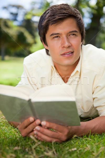 Man naar afstand lezing boek Stockfoto © wavebreak_media