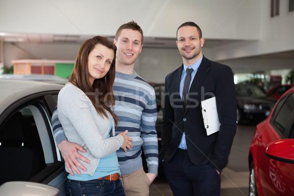 Paar auto handel pak vrouwelijke glimlachend Stockfoto © wavebreak_media