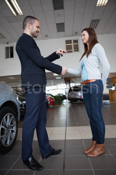 Venditore chiavi della macchina client garage donna Foto d'archivio © wavebreak_media