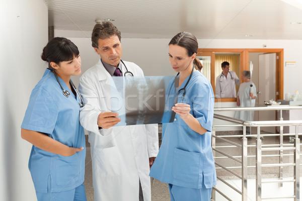 Drie artsen permanente ziekenhuis naar Xray Stockfoto © wavebreak_media
