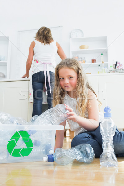 Figlia madre pulizia cucina donna ragazza Foto d'archivio © wavebreak_media