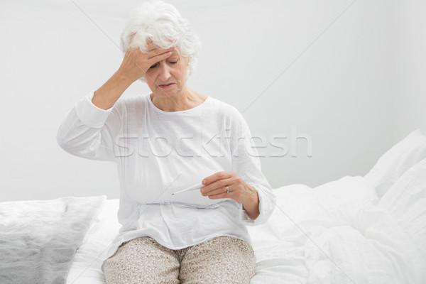 Vrouw lijden koorts slaapkamer huis Stockfoto © wavebreak_media