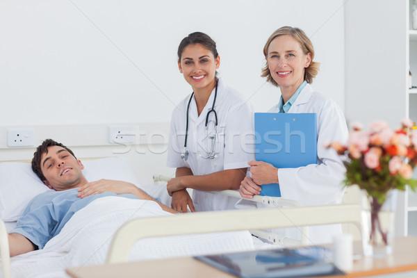 Stock fotó: Kettő · orvosok · beteg · néz · kamera · kórház