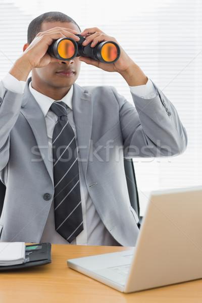 Empresario binoculares portátil oficina grave jóvenes Foto stock © wavebreak_media