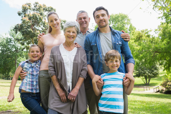Gelukkig uitgebreide familie permanente park portret vrouw Stockfoto © wavebreak_media