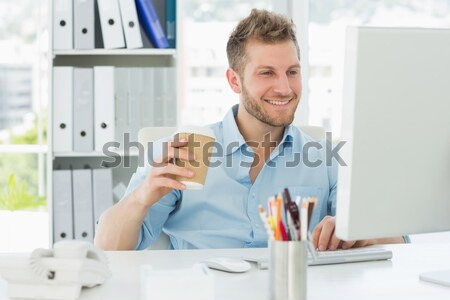 Glimlachend man werken bureau creatieve kantoor Stockfoto © wavebreak_media