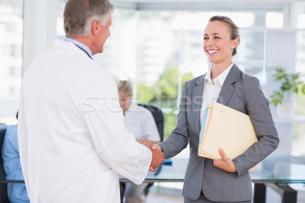 Doktor tebrik güzel işkadını tıbbi ofis Stok fotoğraf © wavebreak_media