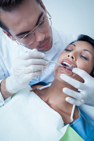 Mannelijke tandarts onderzoeken tanden tandartsen stoel Stockfoto © wavebreak_media