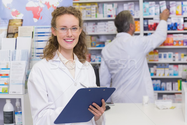 Pharmacien écrit presse-papiers hôpital pharmacie homme Photo stock © wavebreak_media
