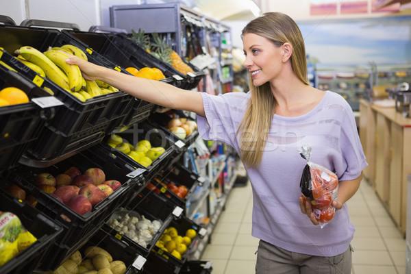 Gülen güzel sarışın kadın satın alma muz süpermarket Stok fotoğraf © wavebreak_media