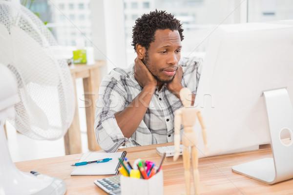 Genç işadamı bakıyor bilgisayar ekranı ofis bilgisayar Stok fotoğraf © wavebreak_media