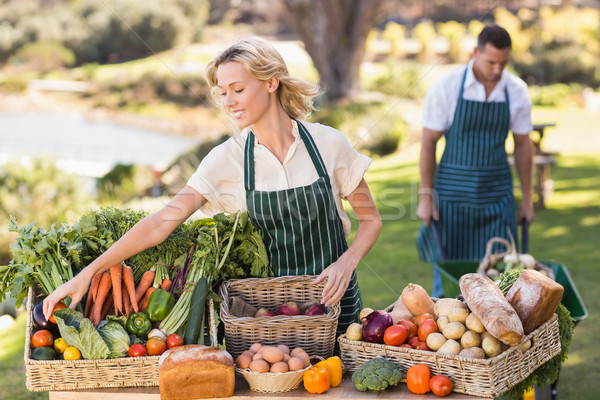 Agriculteur femme up table locale alimentaire Photo stock © wavebreak_media