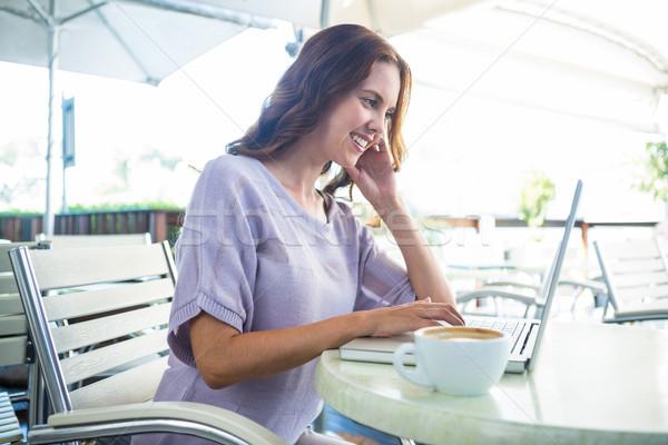 Vrouw genieten met behulp van laptop computer Stockfoto © wavebreak_media