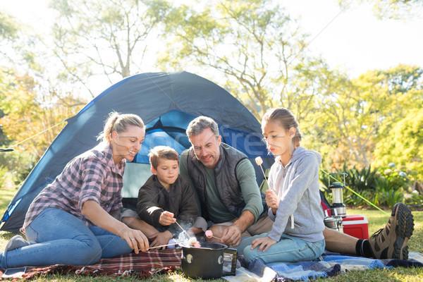Famille à l'extérieur tente arbre alimentaire Photo stock © wavebreak_media