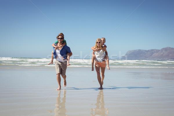 Szczęśliwy rodziców dzieci brzegu plaży Zdjęcia stock © wavebreak_media