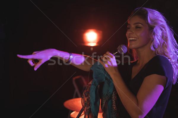 Derűs női énekes mutat előad éjszakai klub Stock fotó © wavebreak_media