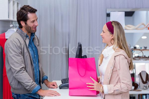 Mosolygó nő beszél pénztáros ruházat bolt nő Stock fotó © wavebreak_media