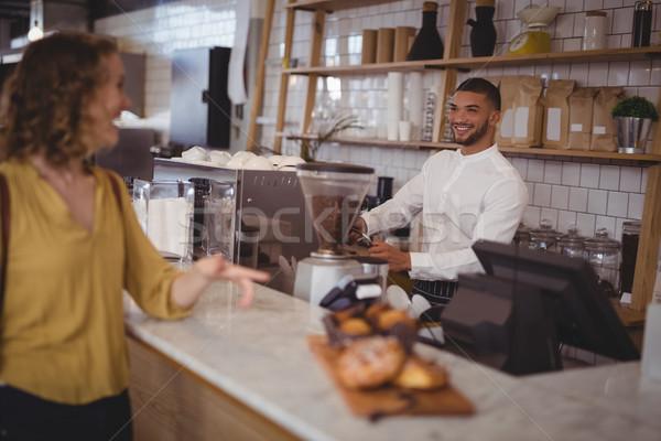 Sorridere cameriere guardando femminile cliente piedi Foto d'archivio © wavebreak_media