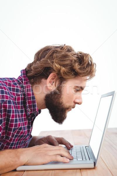 Concentrato uomo lavoro laptop desk ufficio Foto d'archivio © wavebreak_media
