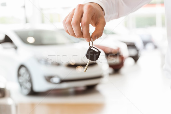 Valaki tart slusszkulcs autó bemutatóterem férfi Stock fotó © wavebreak_media