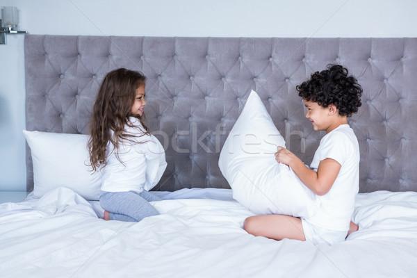 Testvérek párna harcol ágy gyermek otthon Stock fotó © wavebreak_media